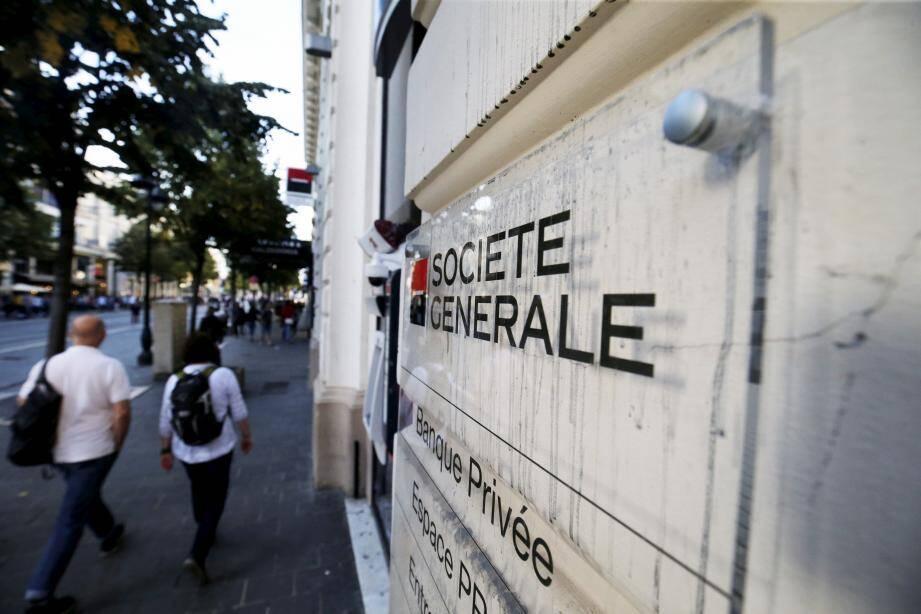 Après lavage, des traces du produit projeté la veille restaient visibles, hier, sur la façade de la Société générale de l'avenue Jean-Médecin.