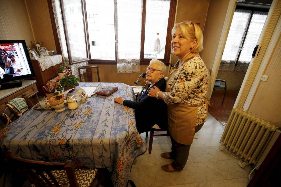 Brigitte Butelli aide Yvette Maunier dans sa vie quotidienne depuis bientôt un quart de siècle.