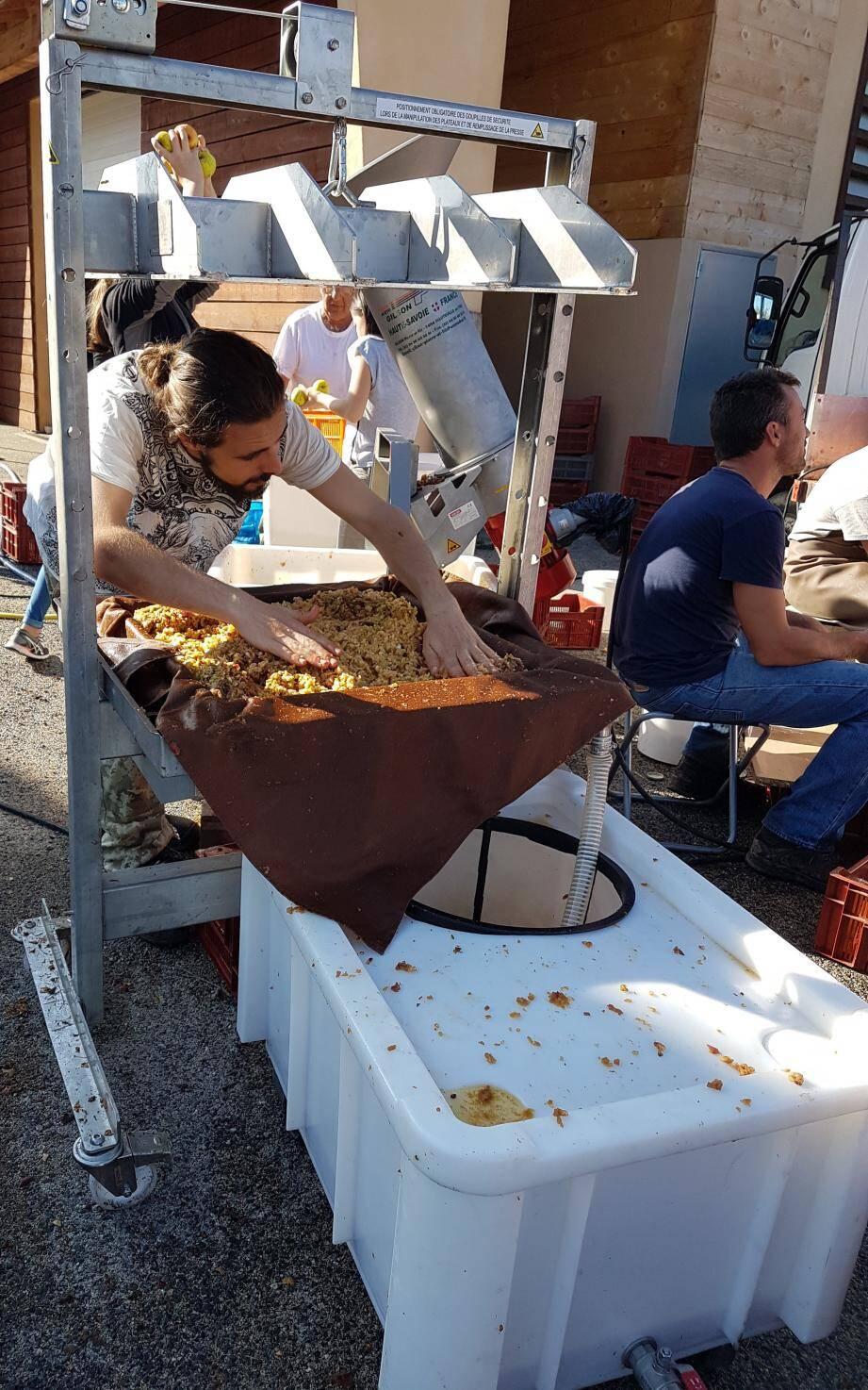 Pressoir mobile de la Cuma de Collongues pour jus de fruits.