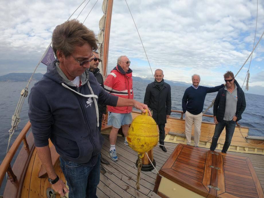 Arnaud Guillard, l'un des skippers du Santo sospir, a repêché cette bouée à la dérive sous les yeux du député Loïc Dombreval, du Niçois Jean-Pierre Dick et du maire de Saint-Jean-Cap-Ferrat, Jean-François Dieterich.