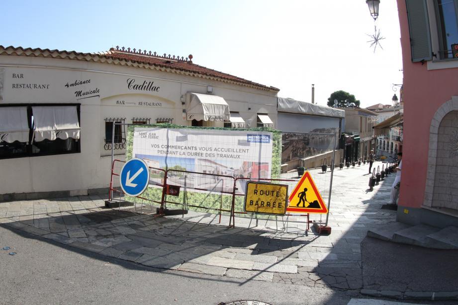 Route barrée pour accéder à l'avenue Jean-Mermoz.