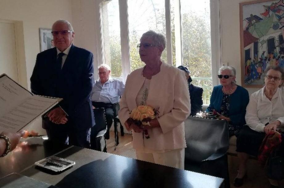 Les époux, mariés depuis 60 ans, ont réaffirmé leur amour en célébrant leurs noces de diamant en présence de leurs petits-enfants.