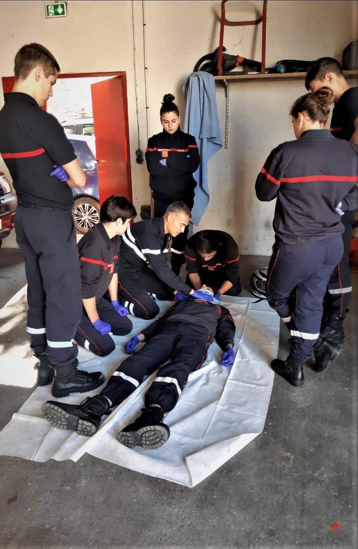 Avec assiduité, les jeunes volontaires suivent les cours de premier secours en équipe.
