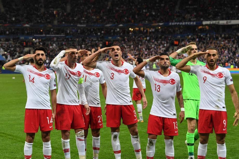 Les joueurs turcs ont célébré ce lundi soir leur but égalisateur face à la France (1-1) d'un salut militaire polémique lors du match de qualification pour l'Euro-2020 lundi au Stade de France, une image non montrée en direct à la télévision.