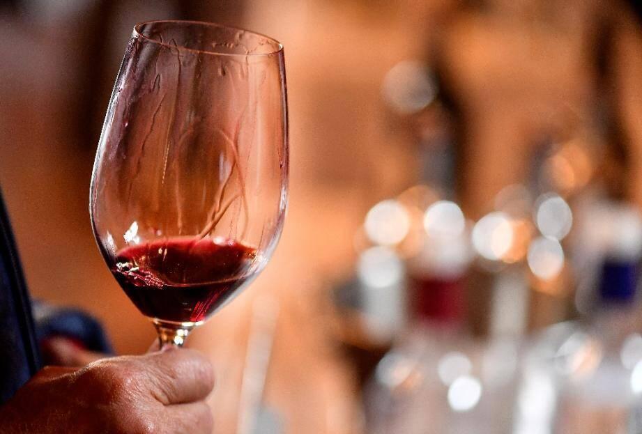 Les Français champions du monde de dégustation de vin à l'aveugle lors d'une compétition, organisée pour la 7ème année consécutive par la Revue des vins de France, dans une salle du célèbre château de Chambord