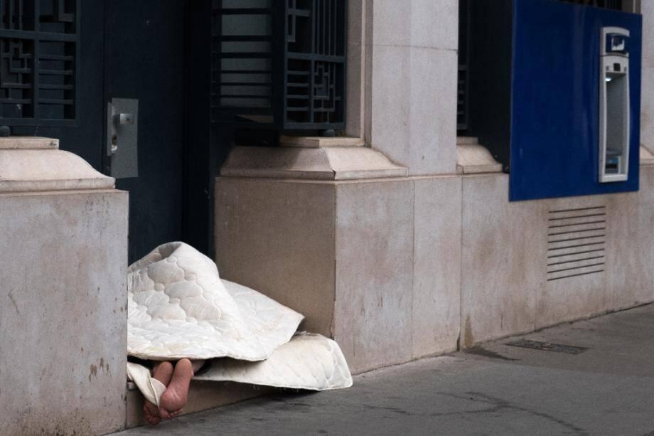 Un sans-abri dort dans un porche parisien le 7 mai 2019.