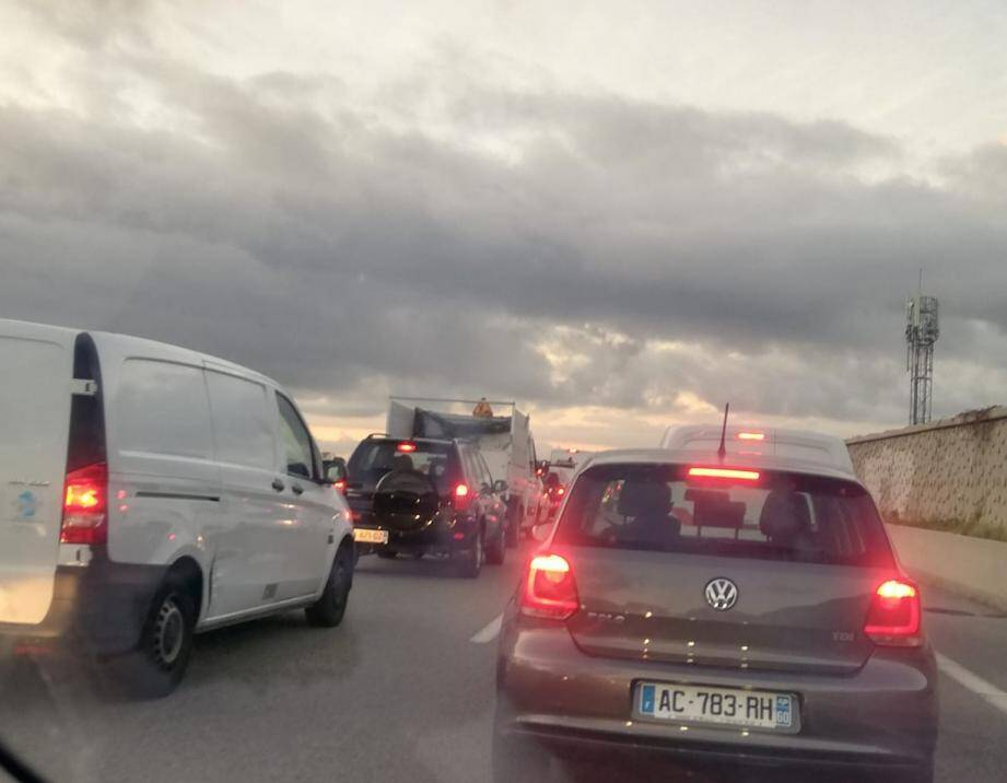 Des perturbations importantes du trafic sont en cours, dès l'échangeur Nice-Est. Il faut compter environ 1h45 entre Nice-Est et Nice-Ouest, direction Aix-en-Provence, pour parcourir les 11 km.