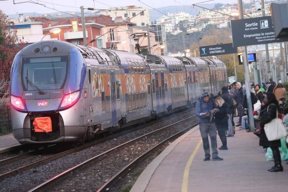 Un train TER en gare SNCF de Riquier
