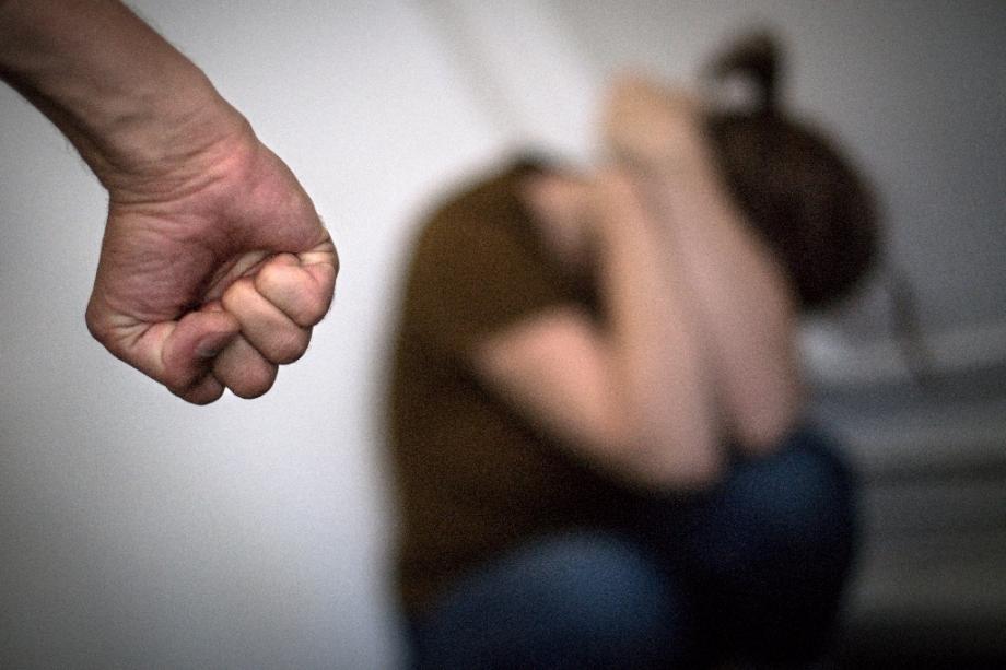 Un petit bouton poussoir relié en Bluetooth à un téléphone est testé dans le département de l'Yonne depuis un an auprès de victimes de violences conjugales