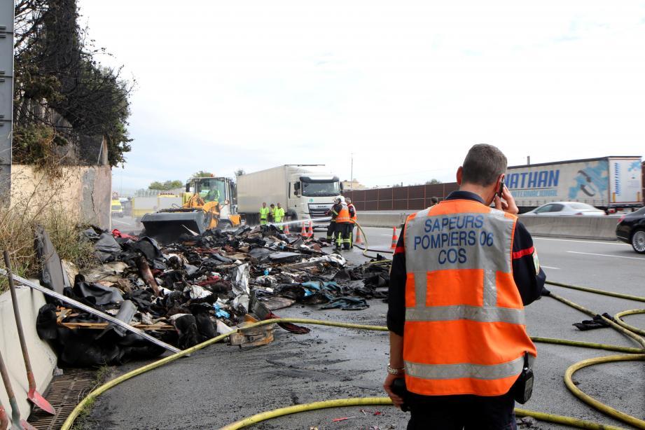 Les reste du camion qui a brulé sur l'autoroute A8 à Cagnes ce mercredi.