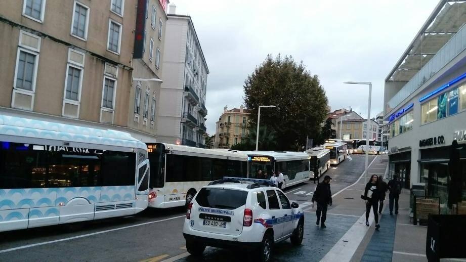 Les bus ont été empêchés de circuler devant la gare SNCF à cause d'un véhicule mal garé.