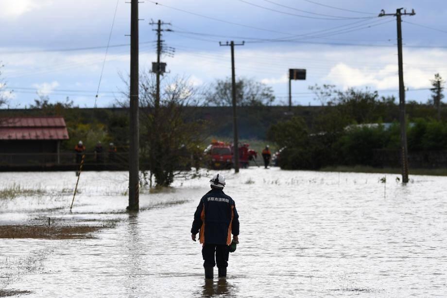 Un pompier dans les rues inondées de Kurihara, dans le nord du Japon, après le passage du typhon Hagibis le 13 octobre 2019