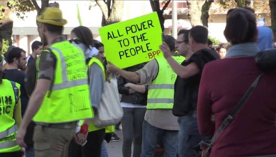 """Des """"gilets jaunes"""" participent , le 26 octobre 2019 à  Saint-Étienne, à une manifestation """"nationale"""", donnant lieu à des face-à-face tendus avec les forces de l'ordre qui ont usé à plusieurs reprises de gaz lacrymogènes"""