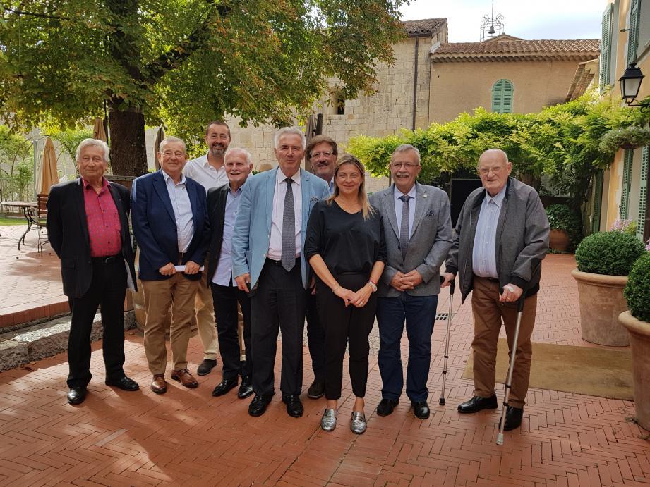La nouvelle présidente entourée des membres du CEV.