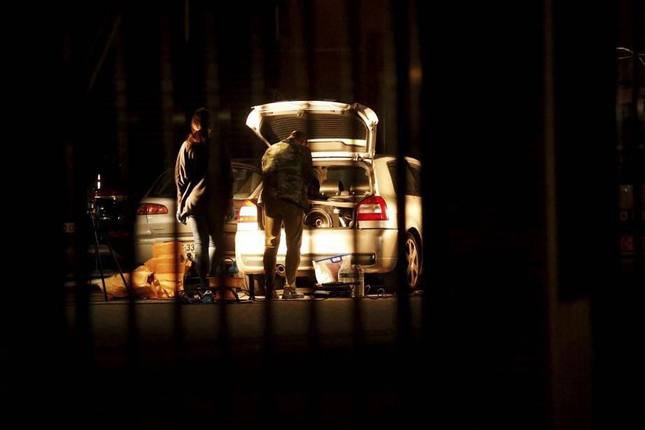 Durant une bonne partie de la soirée de lundi, les policiers ont passé au peigne fin la voiture des victimes à la caserne de sapeurs-pompiers.