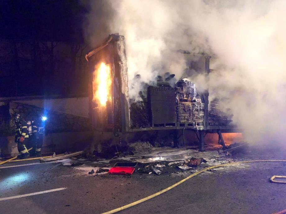 Un poids lourd à pris feu. Celui ci transportant diverses marchandises, dont des cartons, l'intensité des flammes a provoqué la propagation l'incendie à une haie d'une maison située à proximité de l'autoroute.