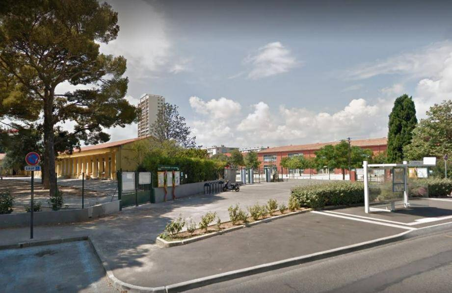 La scène s'est déroulée ce mardi 15 octobre devant l'école maternelle.