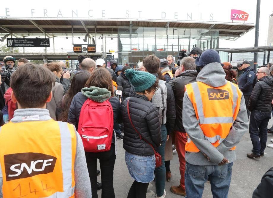 Des salariés de la SNCF rassemblés devant le QG de la société à Saint-Denis, près de Paris, le 29 octobre 2019