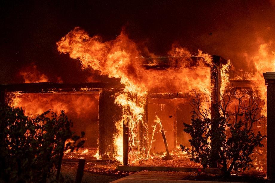 """Les flammes du """"Kincade fire"""" consument un bâtiment à Healdsburg, en Californie, le 27 octobre 2019"""