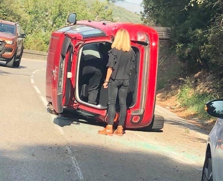 Samedi, dans un virage, une voiture a fini sur le côté. Un accident sans gravité corporelle mais une situation qui aurait tendance à se répéter sur cette route.