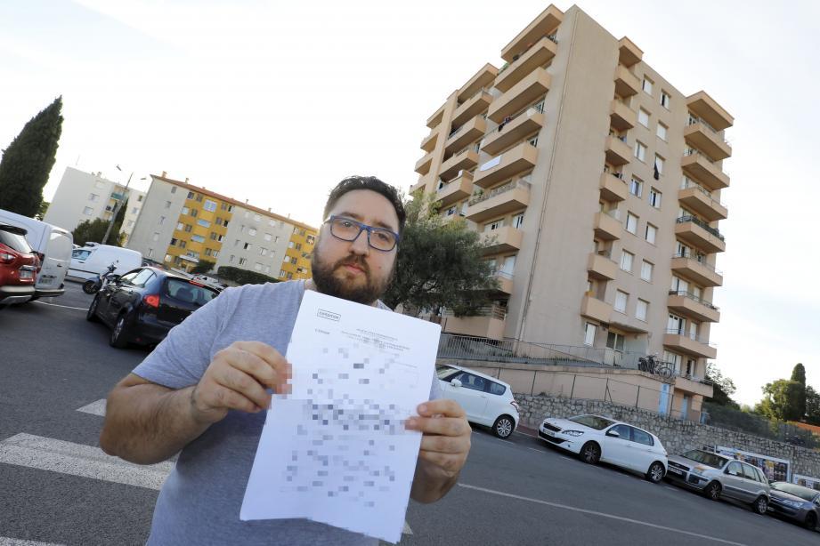 Roberto Capuano a tout tenté pour se débarrasser des blattes et punaises de lit qui ont envahi son logement, y compris l'envoi d'une multitude de courriers.