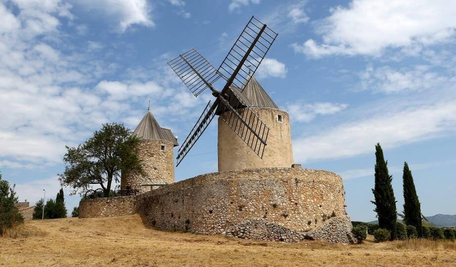Les moulins de Régusse sont inscrits à l'inventaire des Monuments historiques depuis 1978.