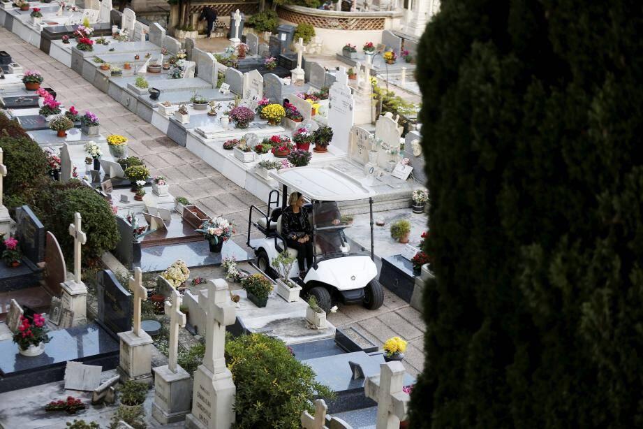 Le cimetière dispose de deux voiturettes électriques pour transporter les visiteurs.