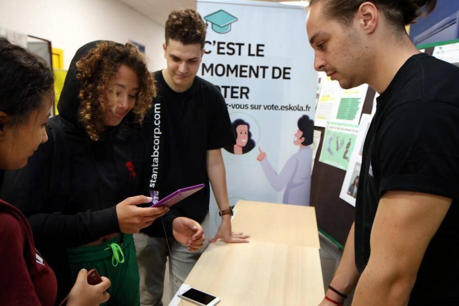 Ce mardi matin, les élèves de Calmette ont voté pour leurs délégués en cliquant sur leur téléphone portable, grâce à l'appli mise au point par Valentin (à droite) et Thibault (au centre).