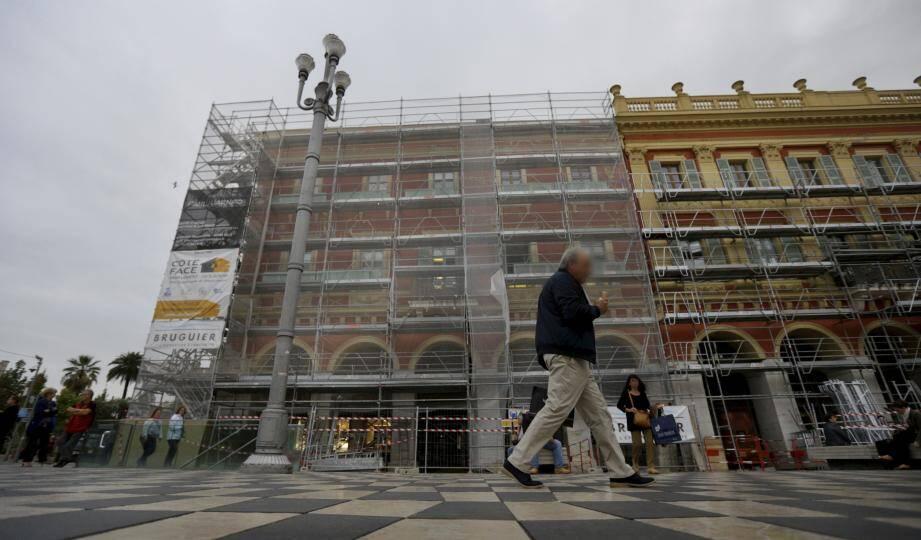 La place Masséna a entamé une longue et vaste politique de ravalement de ses façades et arcades.