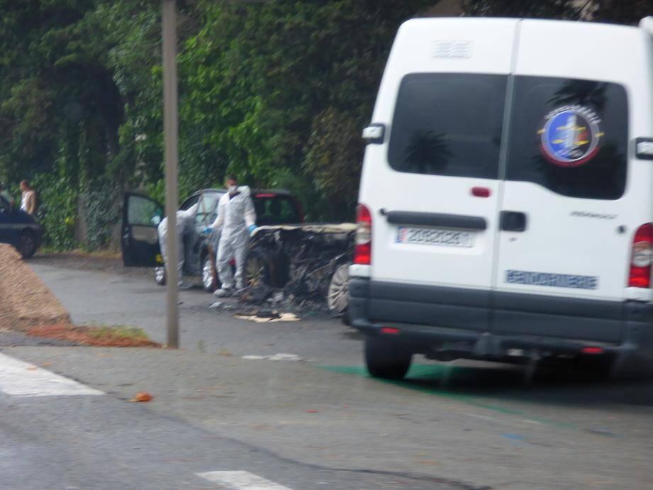 L'épave de la voiture a été passée au crible par les techniciens, de même qu'une Fiat noire.