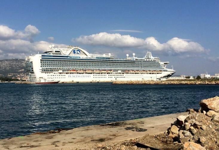"""L'immense paquebot """"Emerald Princess"""" dans la rade de Toulon."""