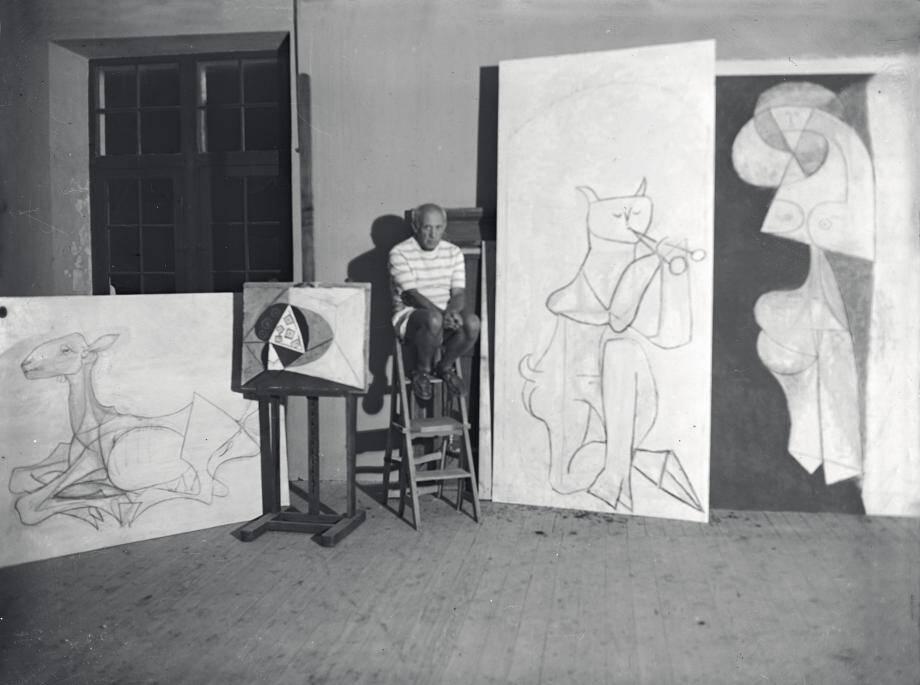 En 1946, au Château Grimaldi, Picasso et, sur le chevalet, Le Compotier, œuvre qui sera mise aux enchères ce vendredi.