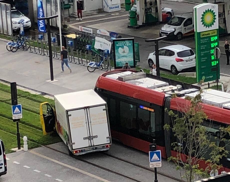 L'accident s'est produit peu après 11 heures sur le boulevard René-Cassin compliquant notamment la circulation du tramway.