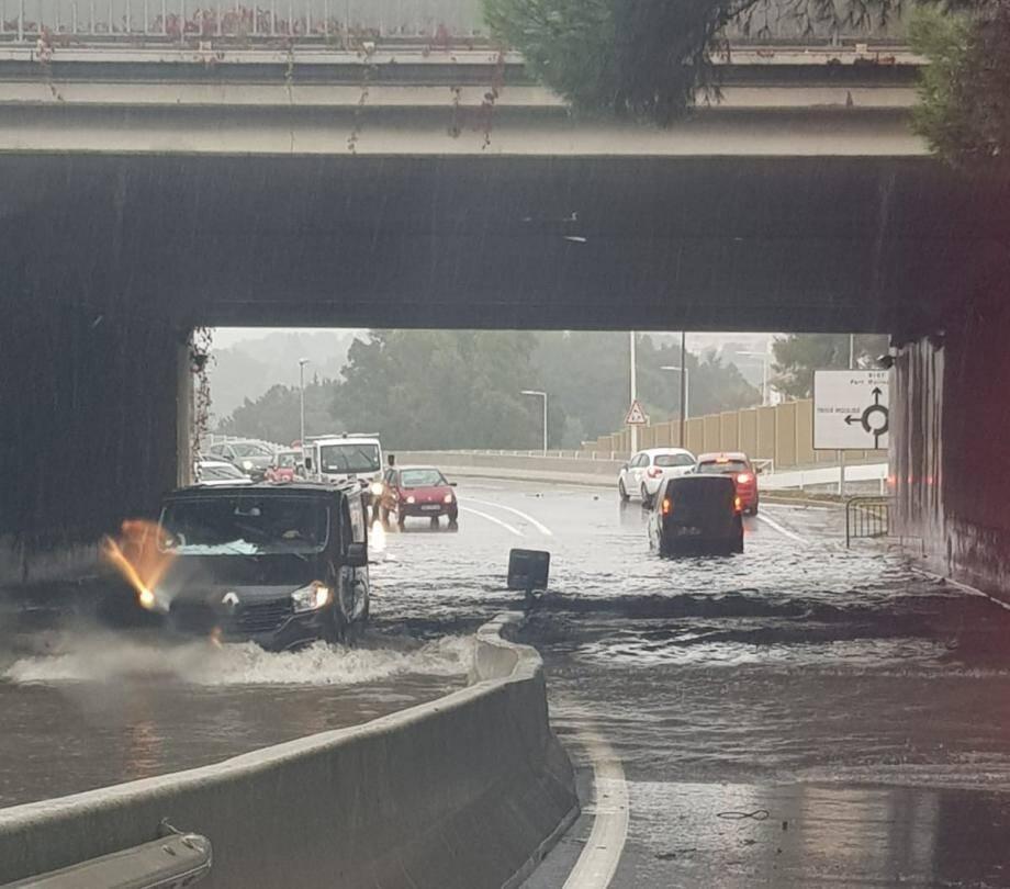 Sous le pont qui mène à l'AzurArena mais également à la technopole Sophia Antipolis, juste après l'entrée de l'A8 direction Nice, la route est inondée.