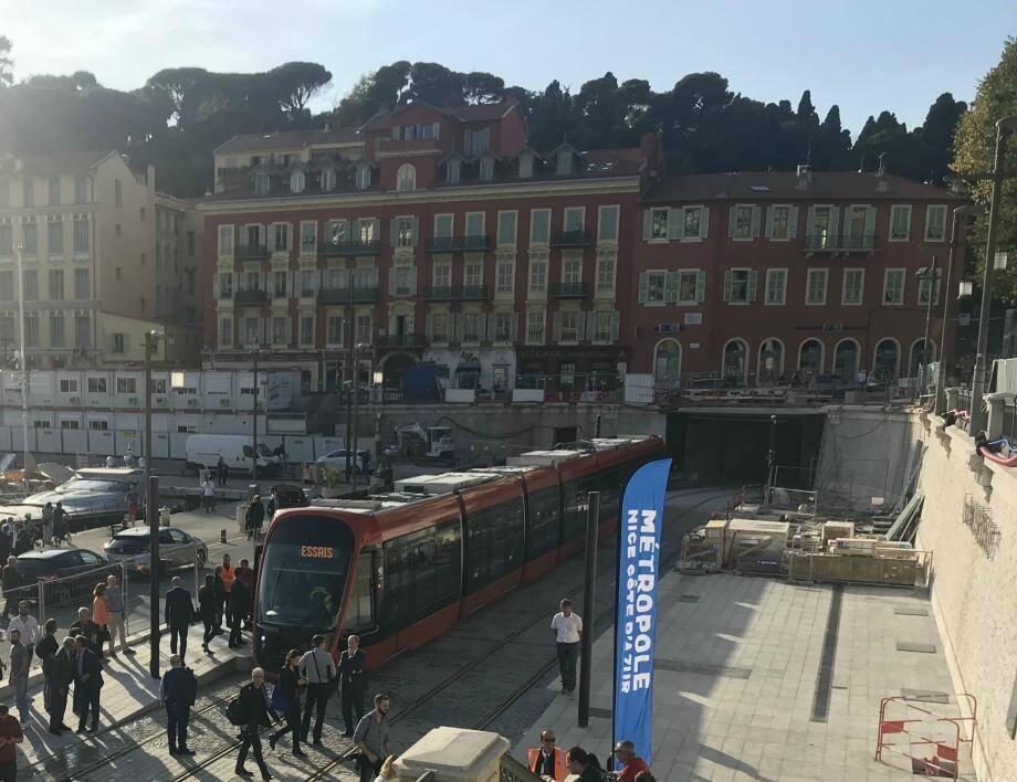 Le tram arrive au port de Nice.