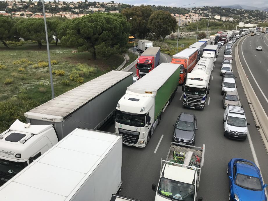 L'entrée de l'autoroute A8, à hauteur du CADAM à Nice-ouest, complètement paralysée.