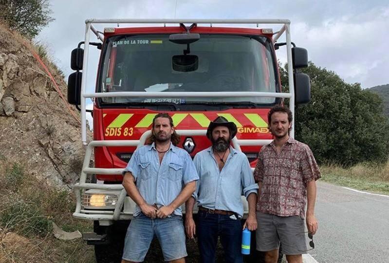 Le réalisateur Quentin Dupieux entouré du duo du Palmashow grimé en zonard.