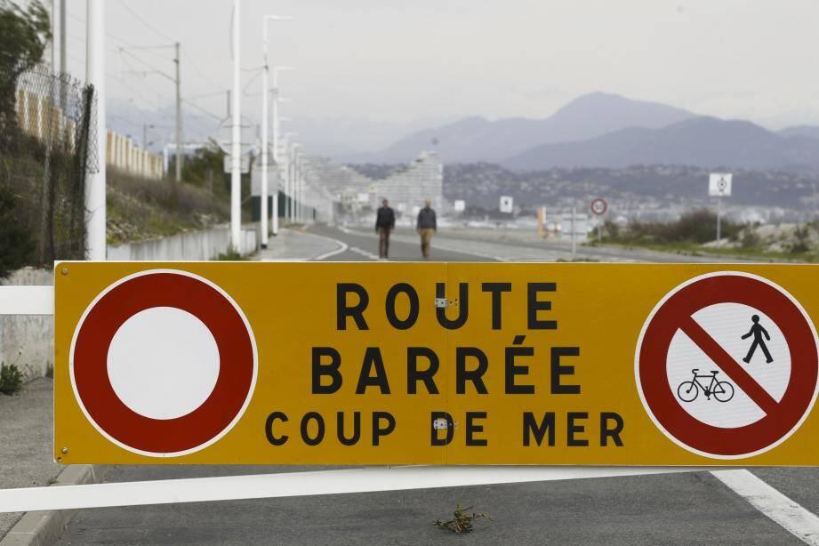 La route du bord de mer avait été fermée entre Antibes et Villeneuve-Loubet, risques de coups de mer.