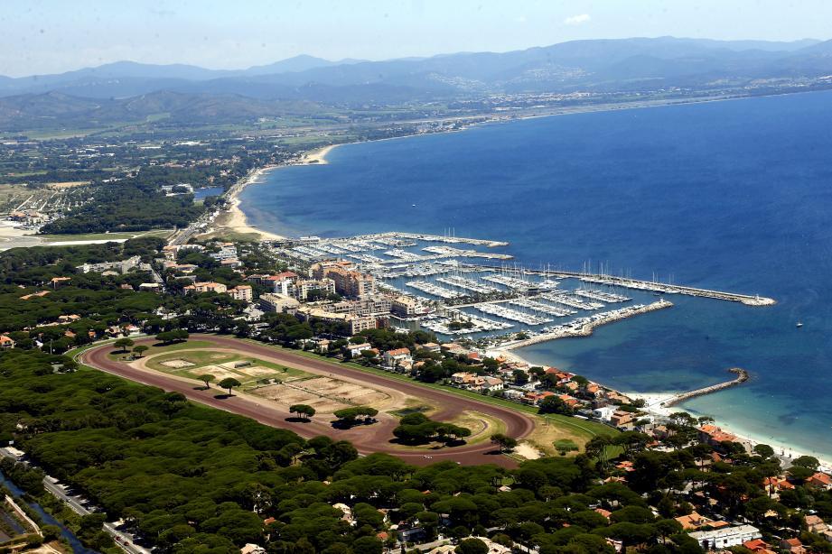 Vue aérienne avec La Marine  Entre Hyeres et Toulon Port d'Hyères +Hippdrome (MaxPPP TagID: maxmatinarch287448.jpg) [Photo via MaxPPP]