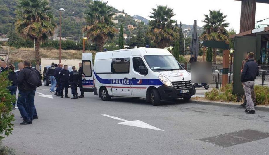Les policiers déployés route de Turin, aux abords de l'impasse des Liserons, lors de la vaste opération conduite le 16 octobre dernier.