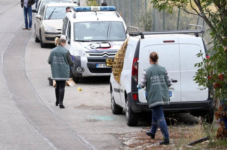 La police technique et scientifique procède aux constatations, le 26 octobre 2016, après la libération de Jacqueline Veyrac du Kangoo blanc où elle était séquestrée.