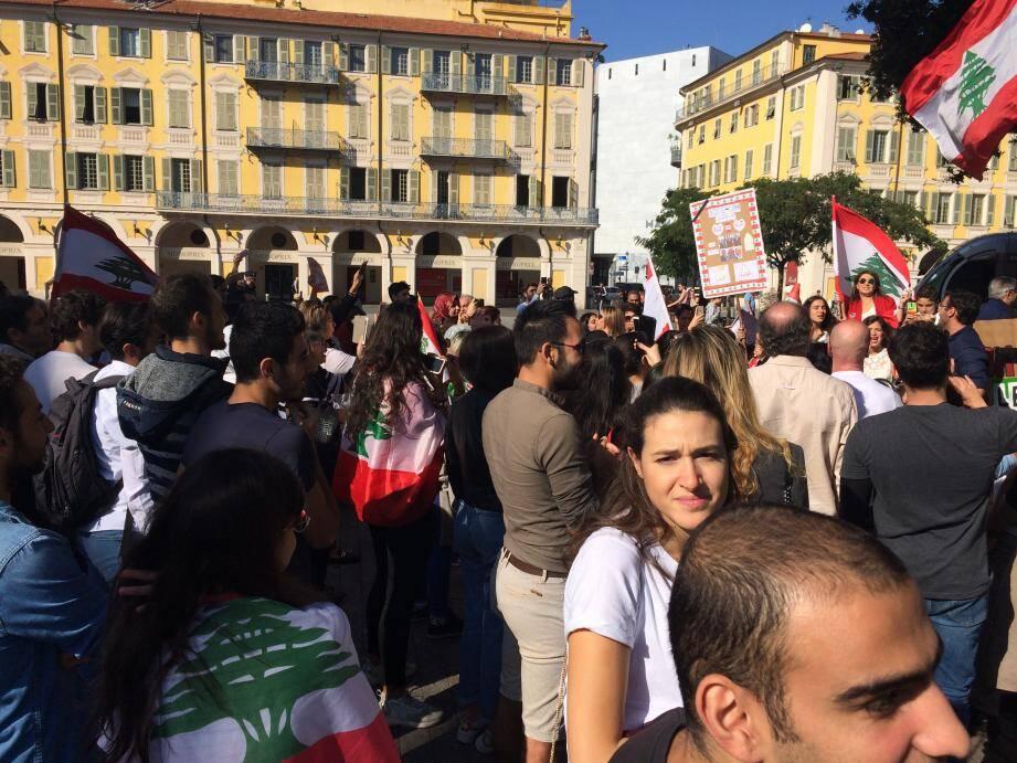 Une quarantaine de Libanais ont protesté contre le gouvernement actuel et les conditions de vie qu'il impose depuis plusieurs mois à ses administrés, dont trois-quart vivant sous le seuil de pauvreté.