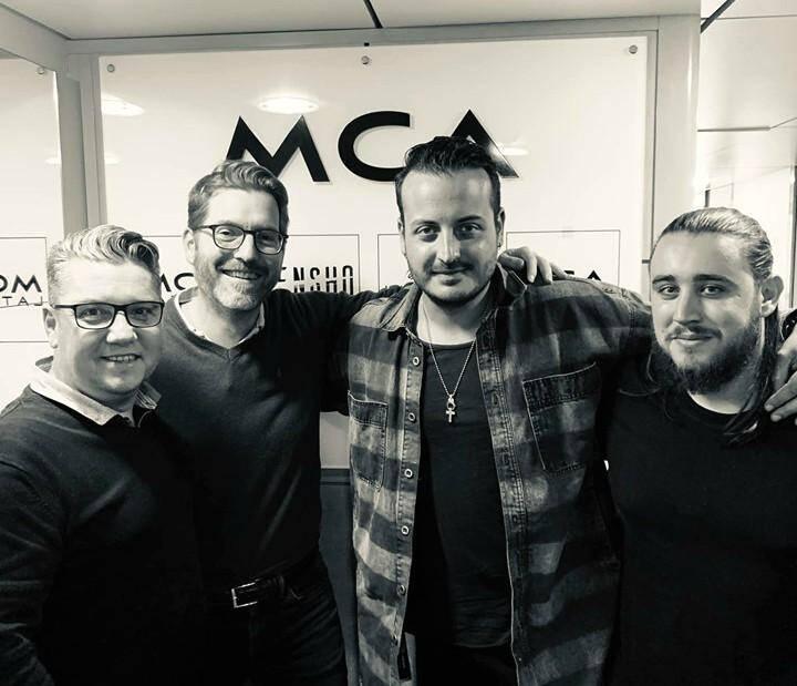 Le DJ Le pèdre (au centre, troisième en partant de la gauche) a signé ce mercredi 9 octobre chez MCA/Univseral Music.