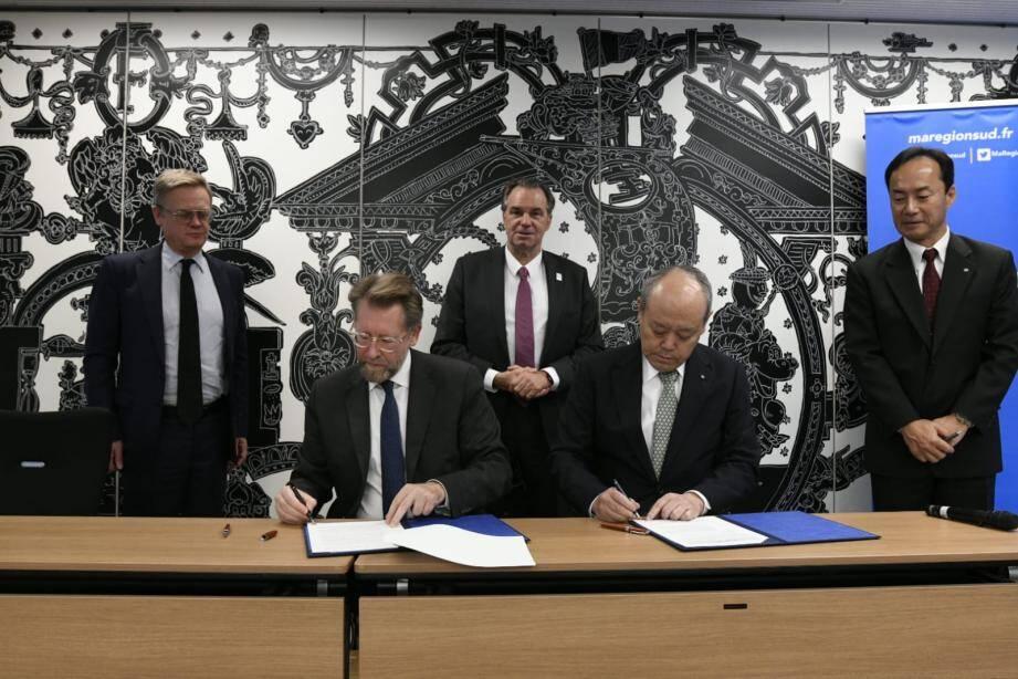 Bruno Geschier (Ideol) signe un partenariat avec le patron de Taiseh, l'équivalent de Bouygues au Japon, sous l'oeil de Bruno Muselier et de Laurent Pic (à gauche), ambassadeur de France au Japon.