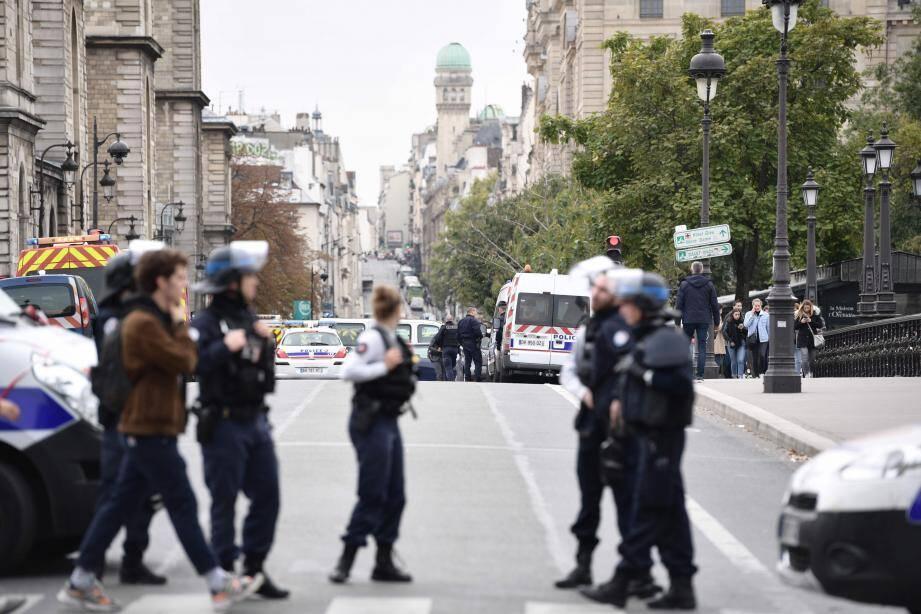 Les enquêteurs cherchaient vendredi à comprendre les motivations qui ont poussé un agent administratif de la Préfecture de police de Paris (PP) à tuer la veille à coups de couteau quatre fonctionnaires à la préfecture de police de Paris.