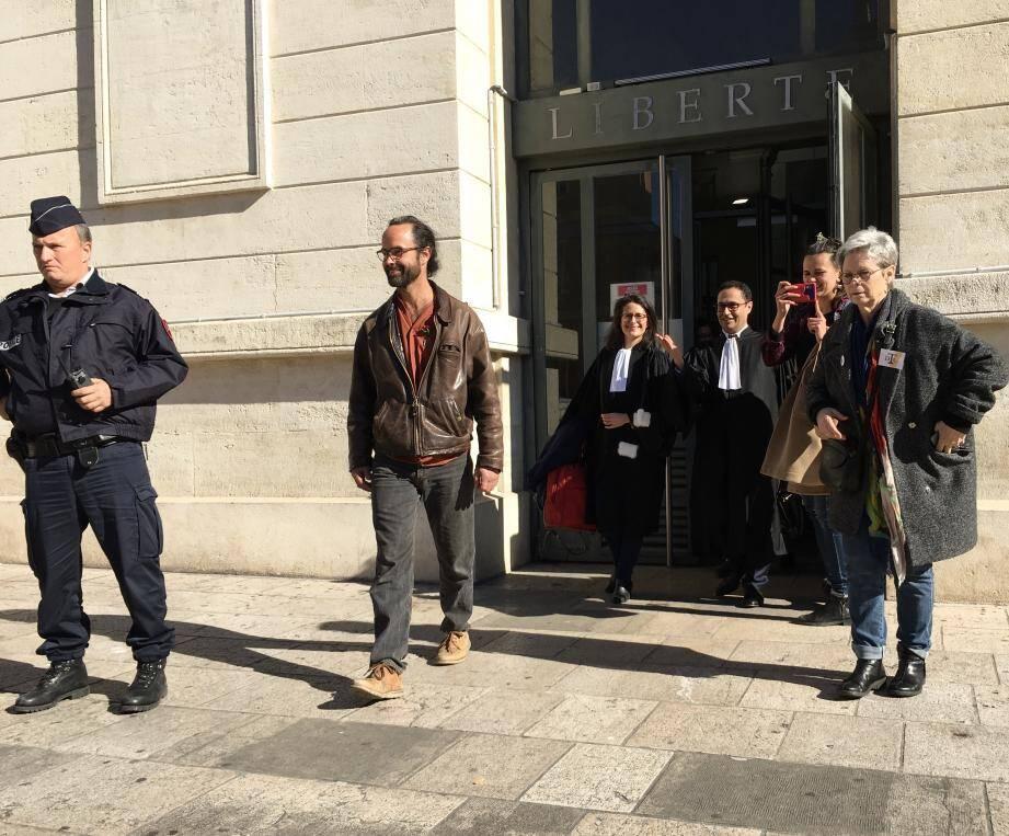 Cédric Herrou, agréablement surpris par sa relaxe, suivi de ses avocats Me Sabrina Goldman et Zia Oloumi, le 14 février dernier, à sa sortie du palais de justice de Nice.