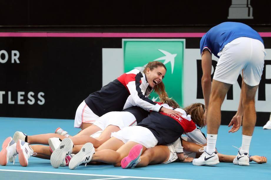 Caroline Garcia et Kristina Mladenovic célèbre après leur point gagnant qui donne la victoire à l'équipe de France.