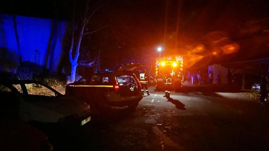 Plus tôt dans la journée, un individu aurait été blessé par arme blanche avant d'être transporté par les pompiers à l'hôpital.