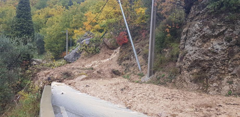 Des blocs rocheux en équilibre risquent encore de tomber à Bouyon, sur la RD1.