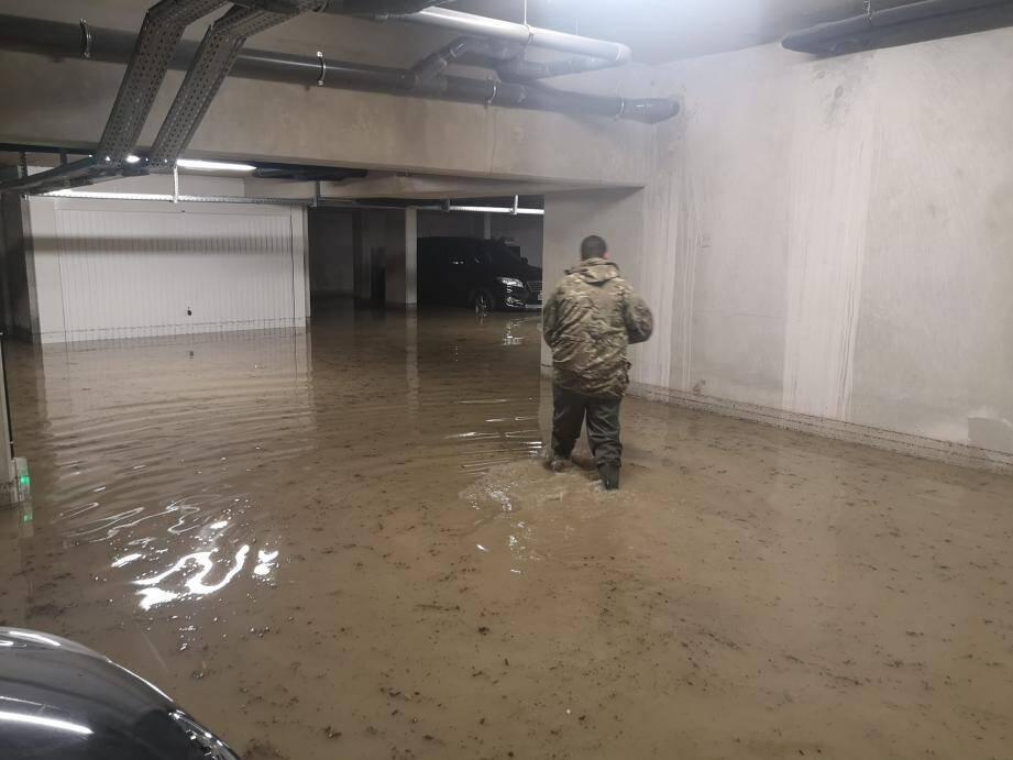 """Les parkings de la résidence """"Transparence"""", à l'entrée du boulevard Blanqui, entre autres, ont été inondés. Ici, Fabien, un résident équipé """"pêche"""" a tout de suite tenté de dégager les bouches d'évacuation."""
